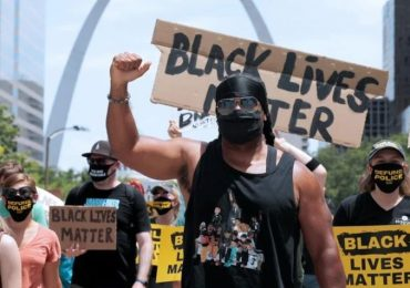 'Black Lives Matter' ataca a cristianos frente a iglesia (video)